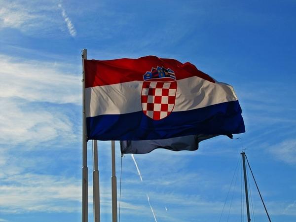 Flagge im Wind blauer Himmel
