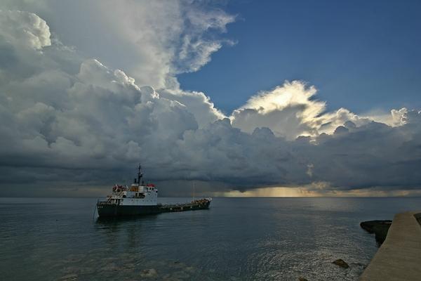 großes Schiff Pier Meer Wolken
