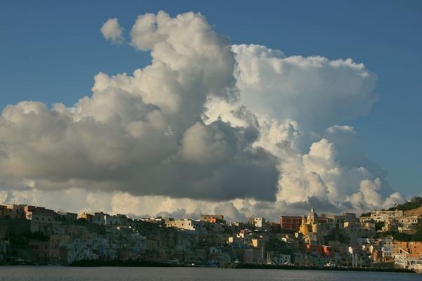 Wolken über malerischem Städtchen
