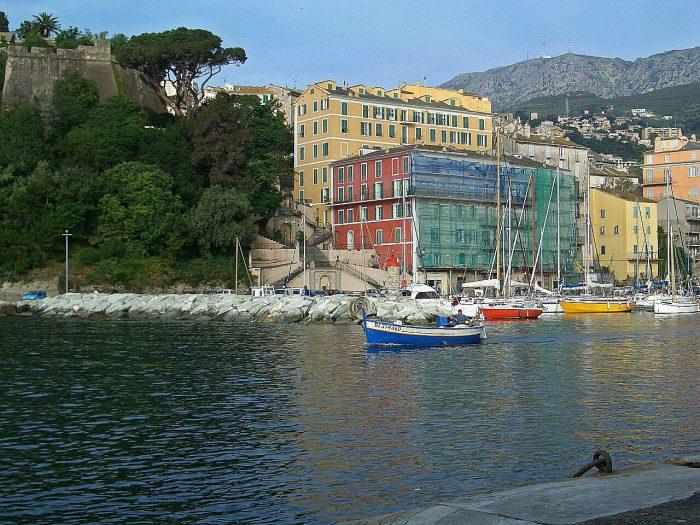 Segelreisen Sporedo Hafen bunt