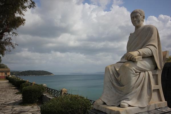 Statue vor Meer Korfu