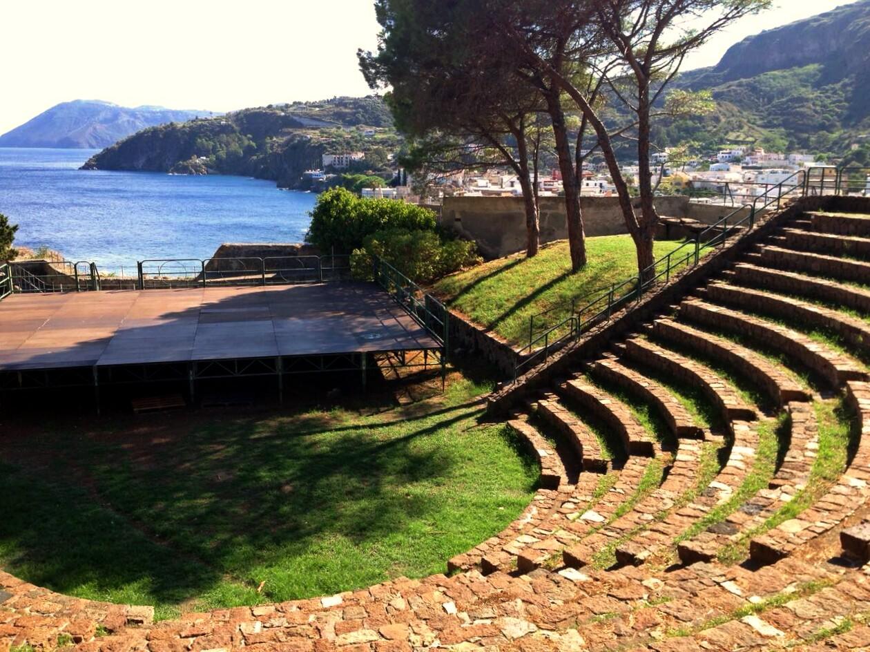 Sizilien Amphietheater Sonne Meer