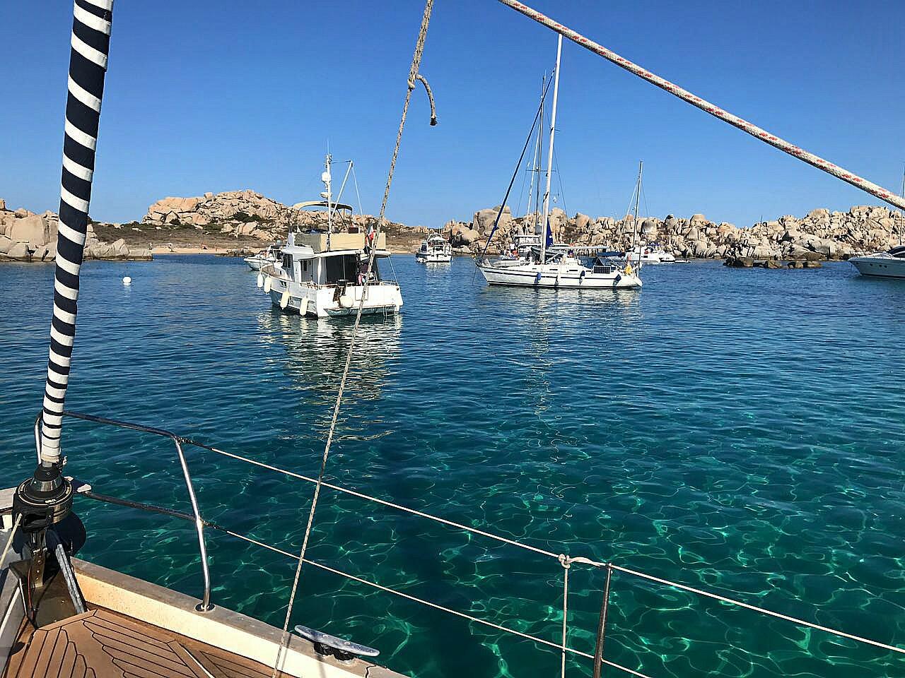 Flottillensegeln Yacht Meer Felsen