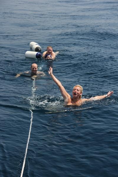 glücklich Schwimmen im Meer
